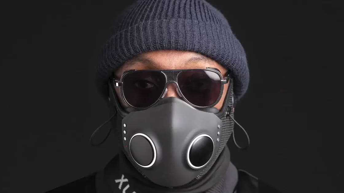 XuperMask de Will I Am via https://www.netcost-security.fr/actualites/8509/xupermask-masque-de-protection-covid-19-high-tech-qui-coute-250-euros/