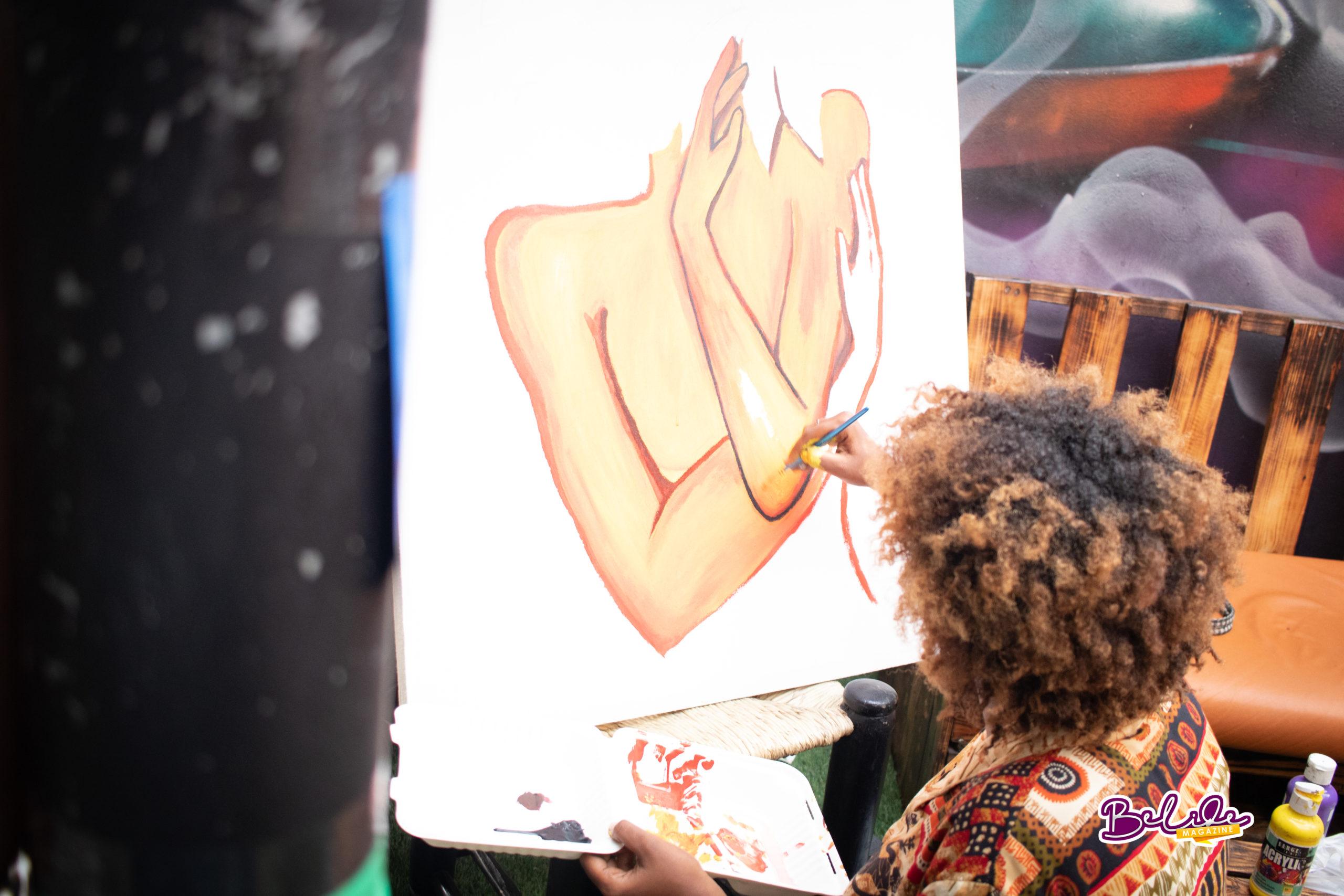 V!cky O dans ses œuvres | Photo prise par Jean Maries Lauviah pour Belide Magazine
